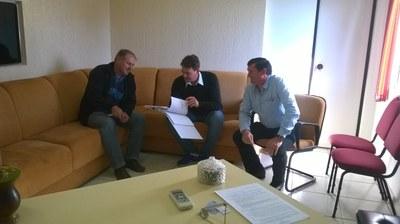 Vereador e secretários  em reunião